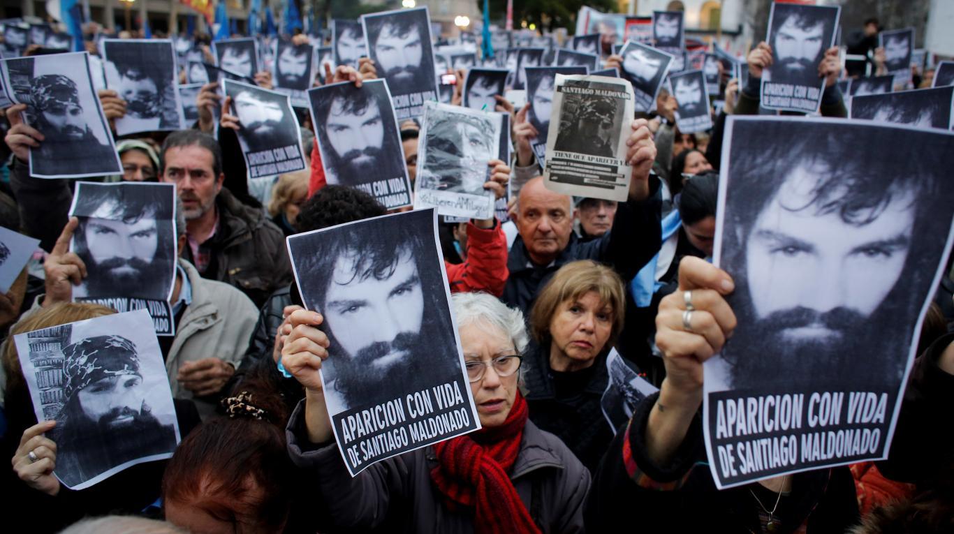 """Почти три месеца продължаваха из цяла Аржентина демонстрациите с искания да бъде открит """"безследно изчезналия"""" Серхио Малдонадо. Докато накрая трупът му бе намерен при будещи много въпроси обстоятелства в навечерието на решаващи за властта в Аржентина избори. Снимка: Todo Noticia"""