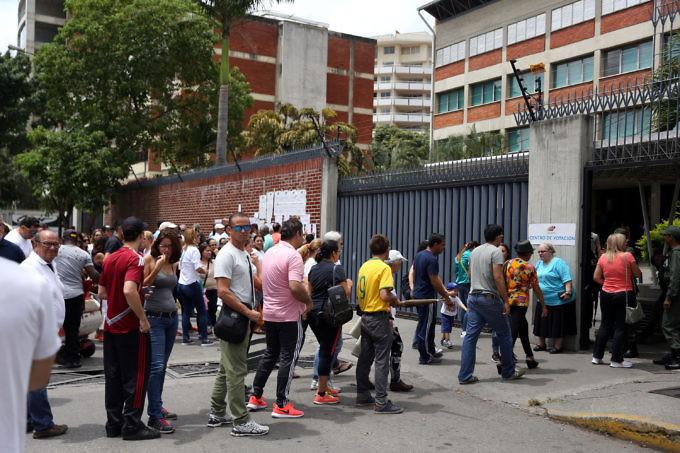 Опашка от гласоподаватели пред една от изборните секции във венесуелската столица Каракас на вчерашния вот за губернатори. Снимка: AVN