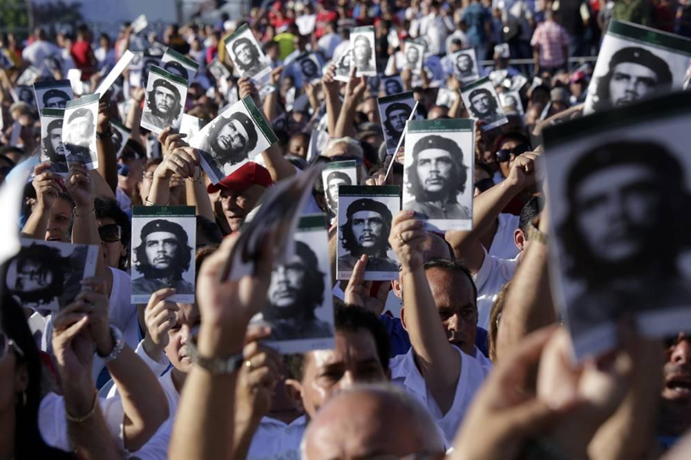 Хиляди хора размахваха портрета на Че по време на церемонията в Санта Крала. Снимка: Granma