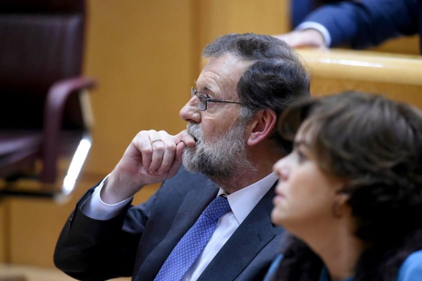Испанския премиер Мариано Рахой се опитва да излъчва решителност, но едва ли и той знае как точно ще командва в Каталуня, ако се сблъска с гражданско неподчинение. Снимка: EFE