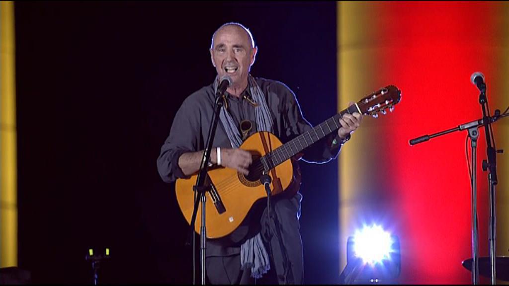 Люис Ляк изпълнява своята легендарна L'Estaca на митинга в петък. Снимка: Youtube