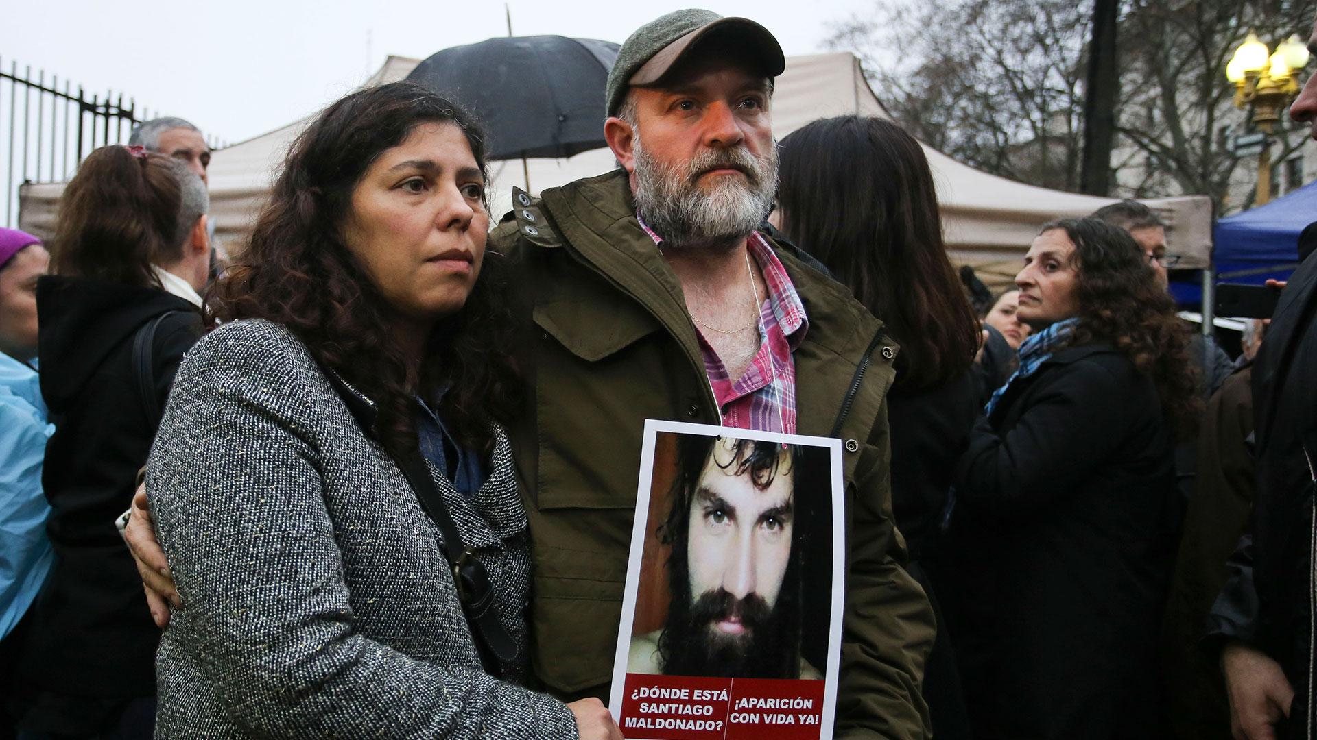 Серхио Малдонадо, единият от двамата по-големи братя на момчето, заедно с жена си по време на една от демонстрациите с искане за изясняване на съдбата на Сантяго. Снимка: Diario tag