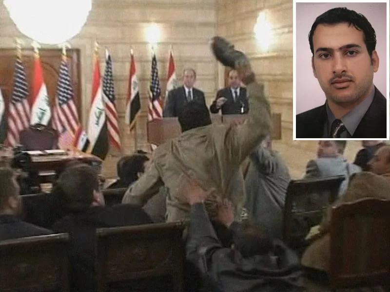 Моментът, в който Мунтазар се прицелва към Буш с обувката си. На малката снимка личи как е изглеждал журналистът по онова време. Снимка: Youtube