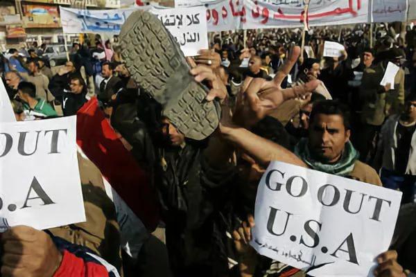 """Една от многото демонстрации с искания за освобождаване на намиращия се в затвора Мунтазар и за изтегляне на САЩ от Ирак. Снимка: """"Ал Багдадия"""""""