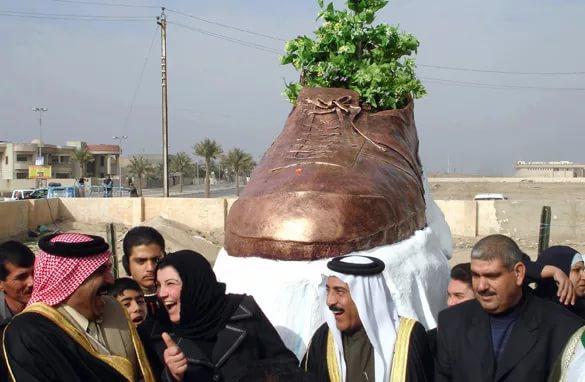 """В Тикрит, родния град на Саддам Хюсеин, издигнаха паметник на обувката, с която Мунтазар замери Буш. Снимка: """"Ал-Багдадия"""""""
