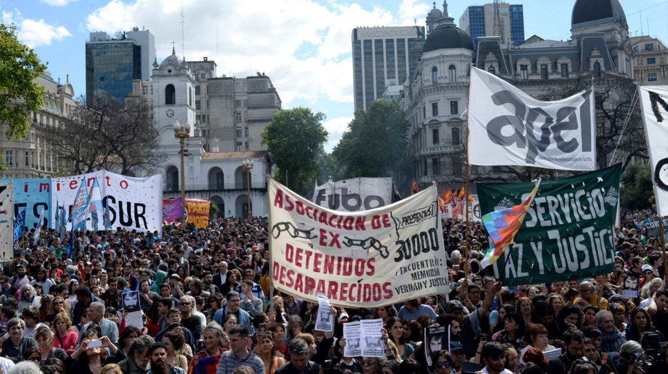 Два дни преди изборите многохилядна демонстрация в центъра на Буенос Айрес отново настоя за справедливост по случая със Сантяго Малдонадо. Снимка: TN.com