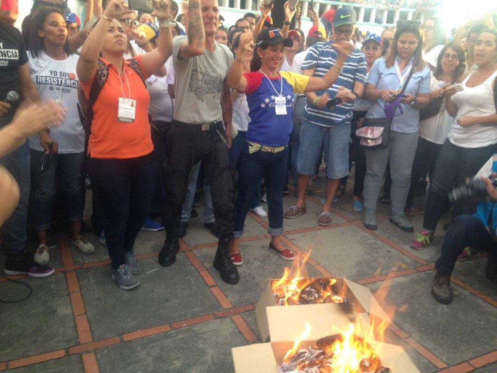 """Да припомним: след като спокойно си проведоха незаконния референдум на 16 юли, без никой да ги репресира, венесуелските опозиционери сами публично изгориха накрая иборните си материали и провъзгласиха атодафето като """"предпазна мярка""""–да не би властите да """"злоупотребят"""" със списъците на избирателите. Искаше им се, но никой не им посегна. Снимка: Туитър"""
