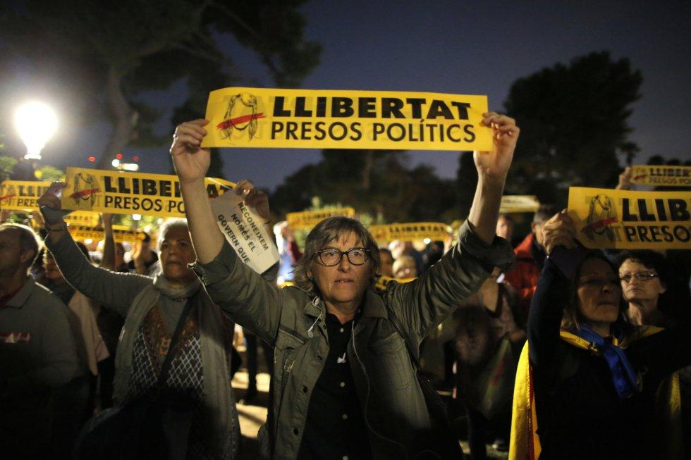 """20-хиляден митинг с лозунги """"Свобода за политическите затворници"""" се събра в четвъртък вечерта на площада пред парламента в Барселона. Снимка: El Pais"""
