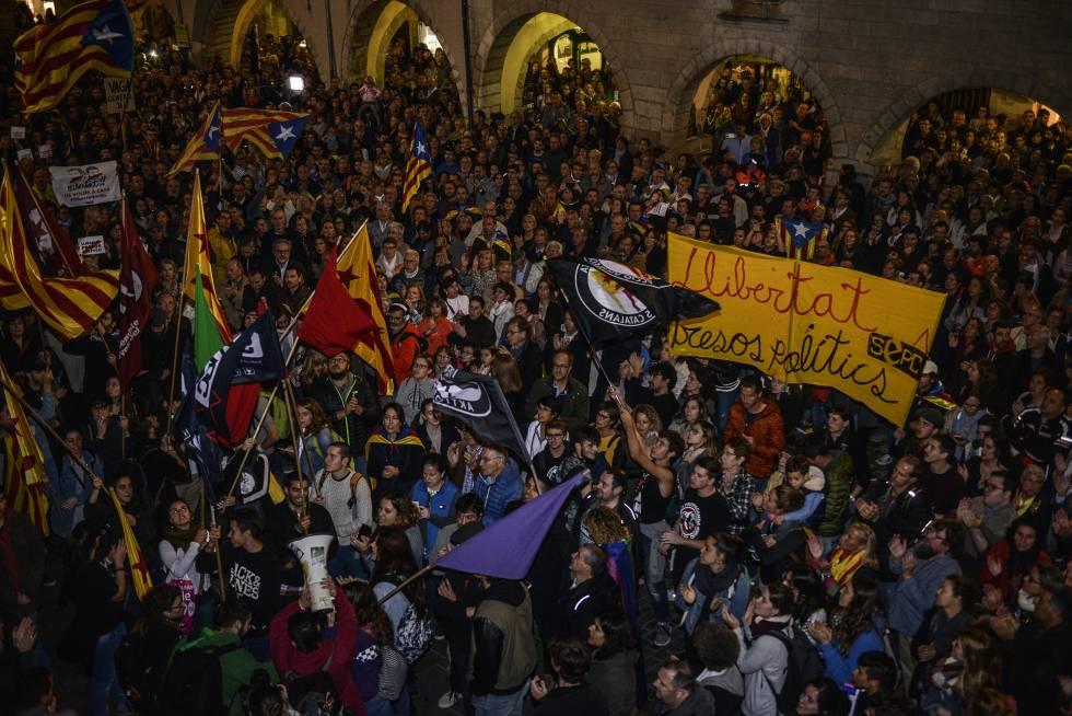 Още един момент от протестния митинг в Барселона миналата вечер. Снимка: EFE