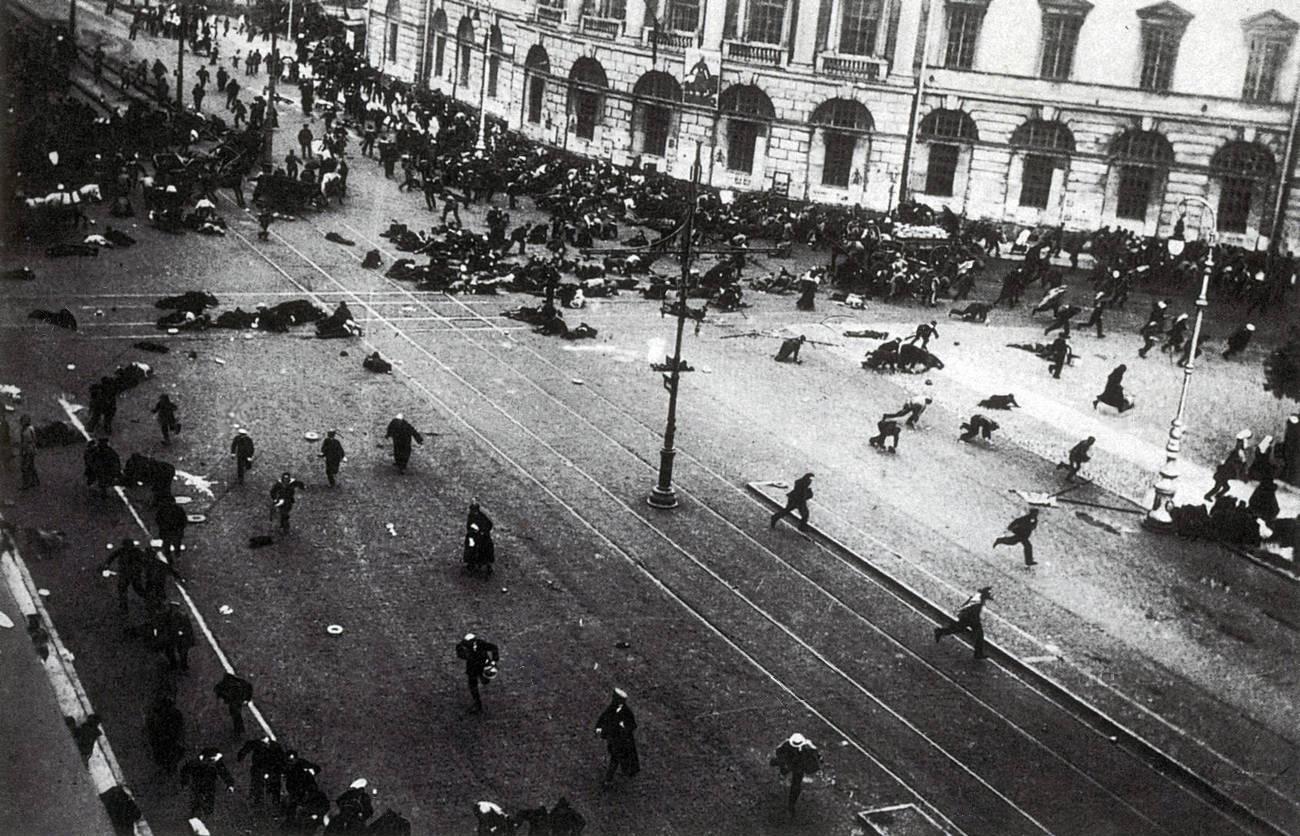 Войските на Временното правителство откриват огън и разпръскват демонстрация по време на
