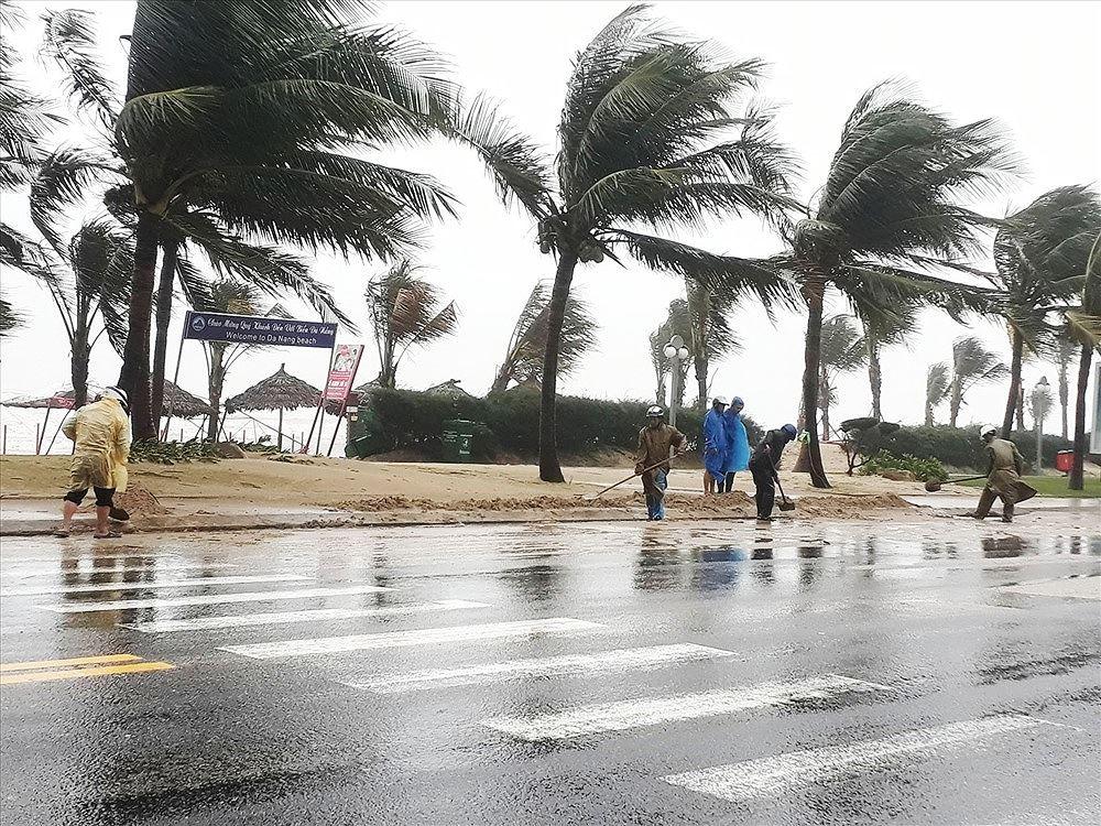 Макар и с периферията си, тайфунът закачи и Да Нанг