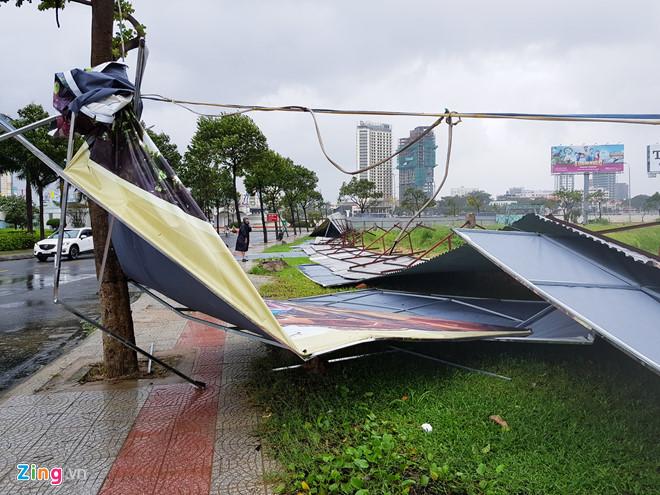 Съборени билбордове и отнесени покриви имаше и в Да Нанг