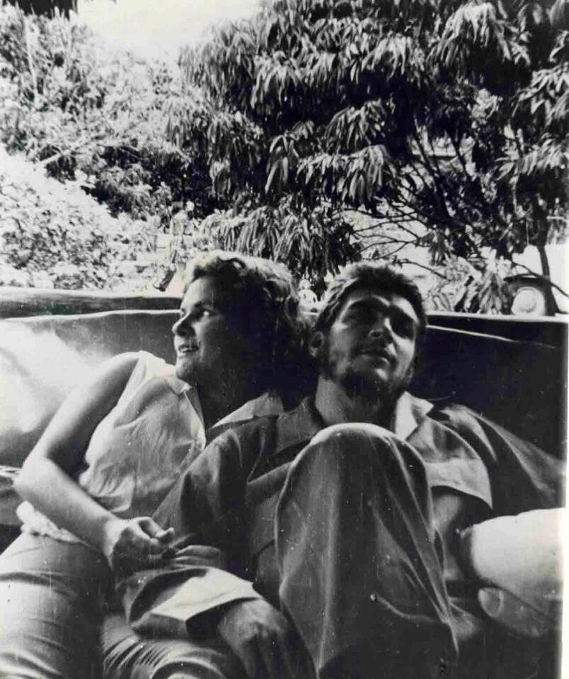 """Във всички свои иитервюта дъщерята Алейда Гевара Марч винаги подчертава изключителната любов между своите родители, чийто продукт е самата тя и нейните братя и сестра. На този кадър са майката и бащата–Алейда Марч и Ернесто Че Гевара–по време на техния """"меден месец"""", продължил едва няколко дни след сватбата им, скоро след победата на Кубинската революция. Снимка: Evocacion"""