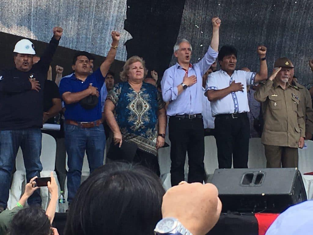 Алейда Гевеара редом до вицепрезидента на Боливия Алваро Гарсия Линера, президента Ево Моралес и други боливийски и кубински дейци по време на възпоменанието за 50-годишнината от убийството на Че Гевара в Боливия на 9 октомври т.г. Снимка: Resumen Latinoamericano