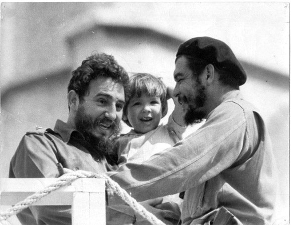 Малката Алейда между Фидел Кастро и баща си–Ернесто Че Гевара, 1964 г., Хавана