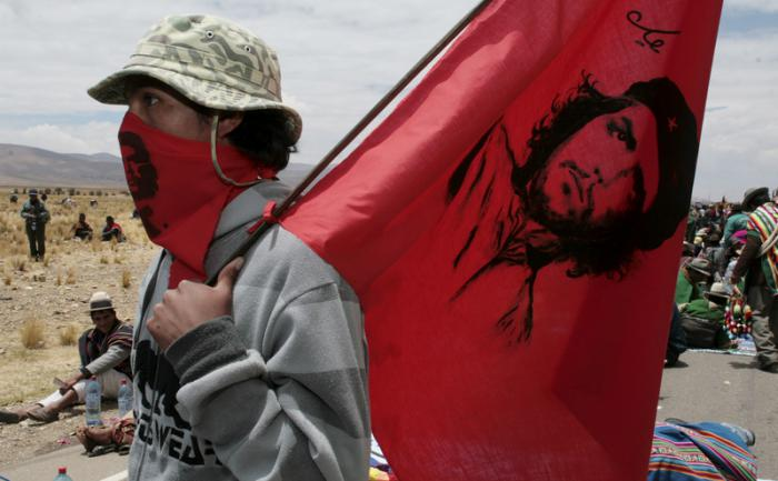 Ликът на Че е по знамената на революцията из всички кътчета на планетата. Снимка: Resumen Latinoamericano