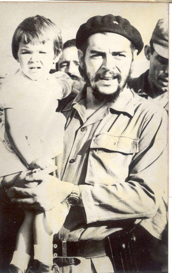 Малката Алейда с баща си Че, 1964 г., Хавана