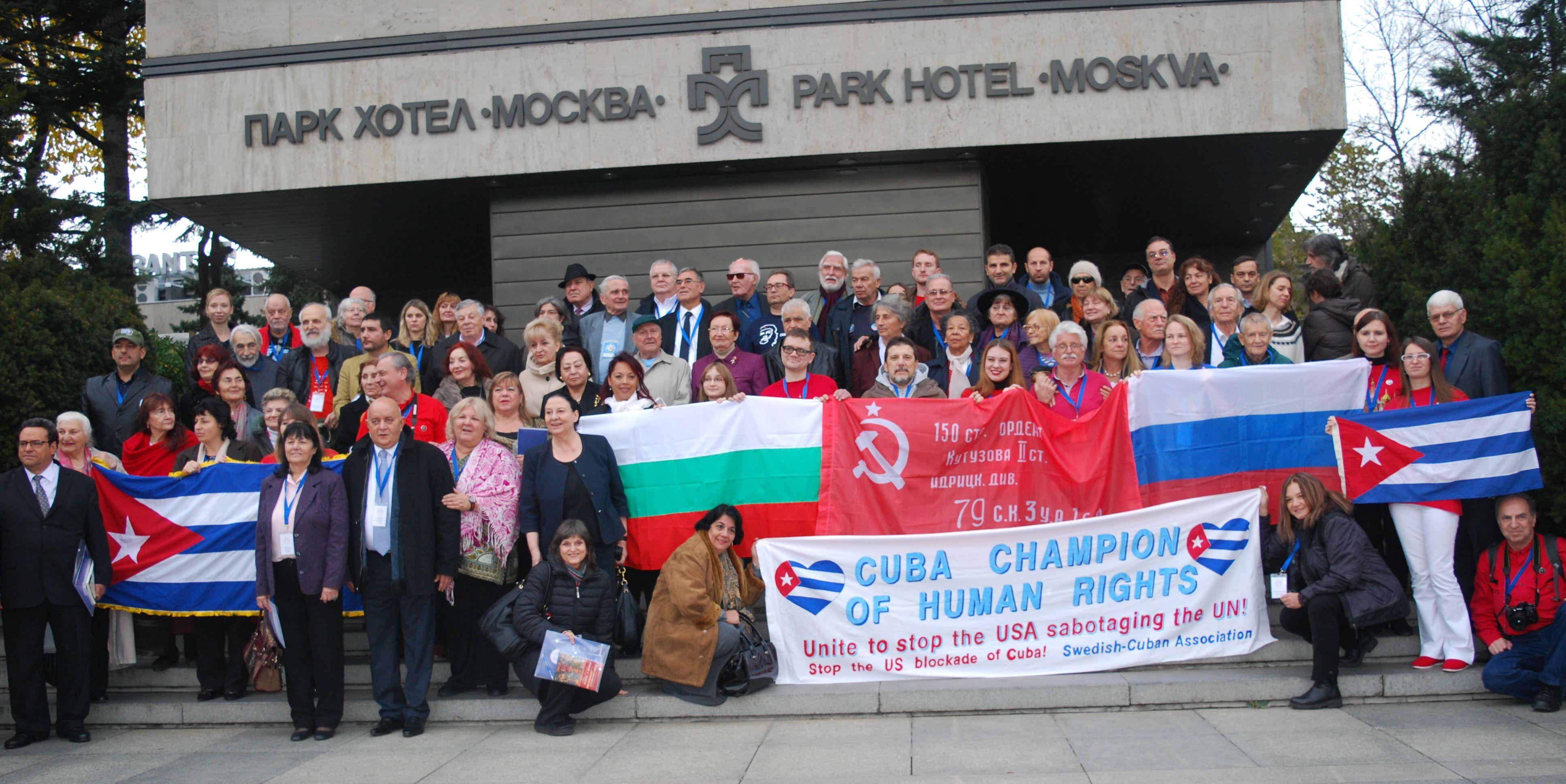 """Участниците във форума си направиха """"семейна снимки"""" пред парк-хотел """"Москва"""". Снимка: Мари Каналян"""