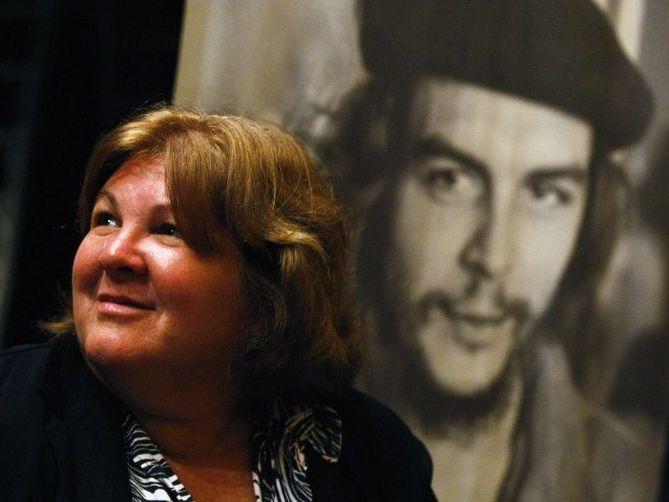 Алейда Гевара пред портрет на баща си