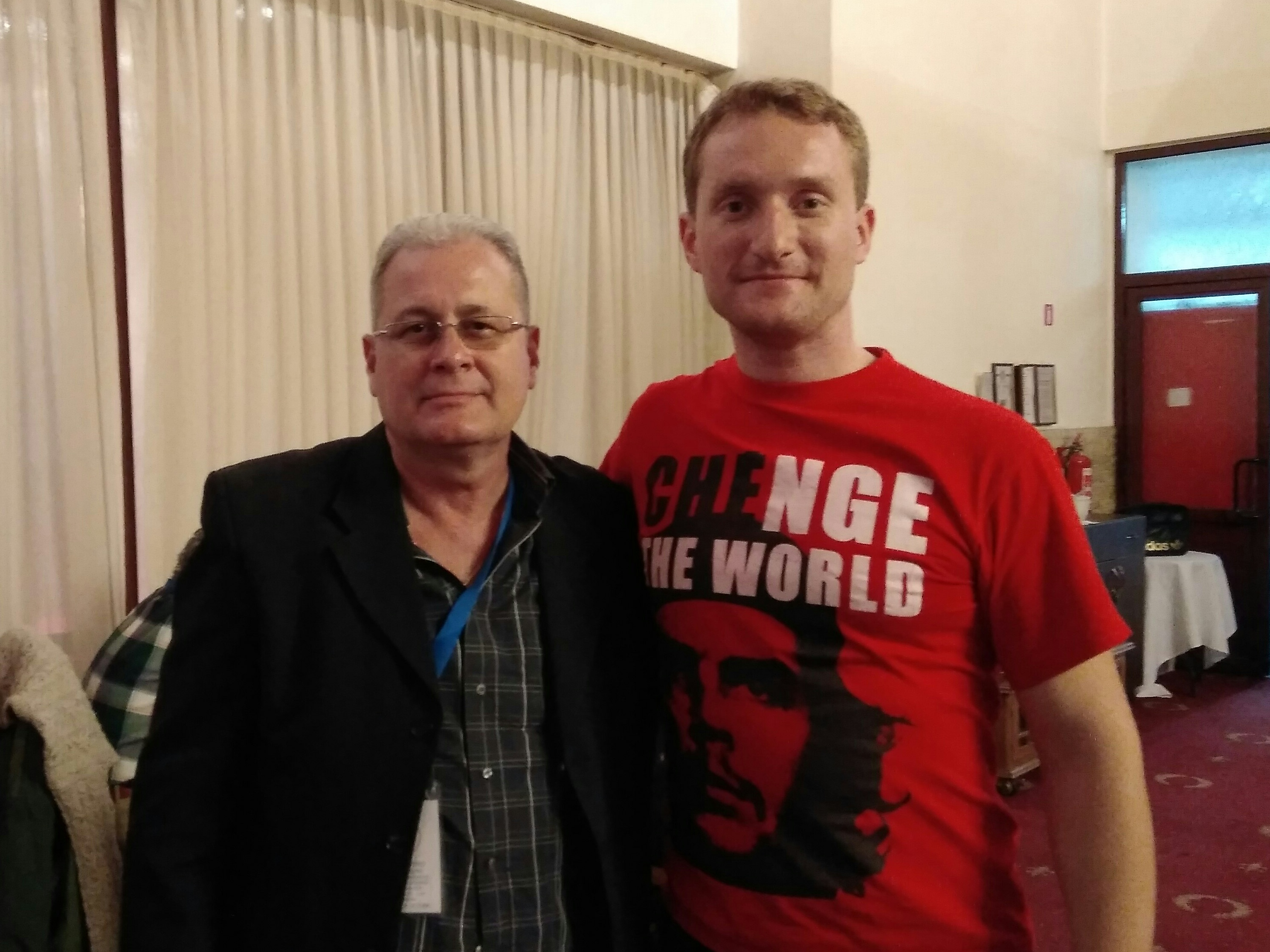 """Станислав Ретински заедно с ръководителя на кубинската делегация Елио Гамес, след като му връчи паричната помощ от жителите на ДНР за пострадалите от урагана """"Ирма"""" в Куба"""