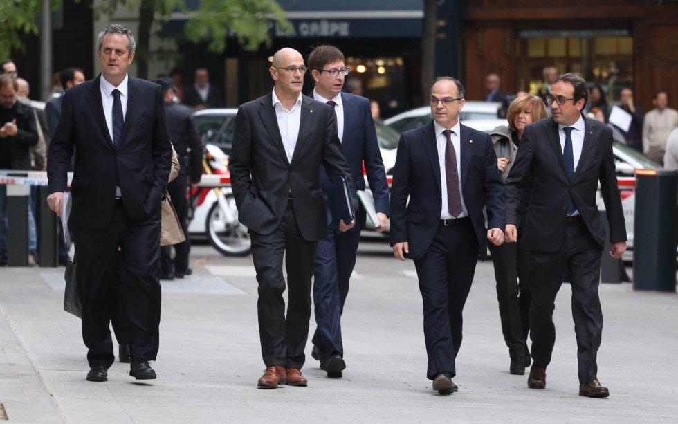 Членове на каталунското правителство отиват да дават показания пред Националното следствие в Мадрид, след което бяха изпратени зад решетките. Снимка: El Pais