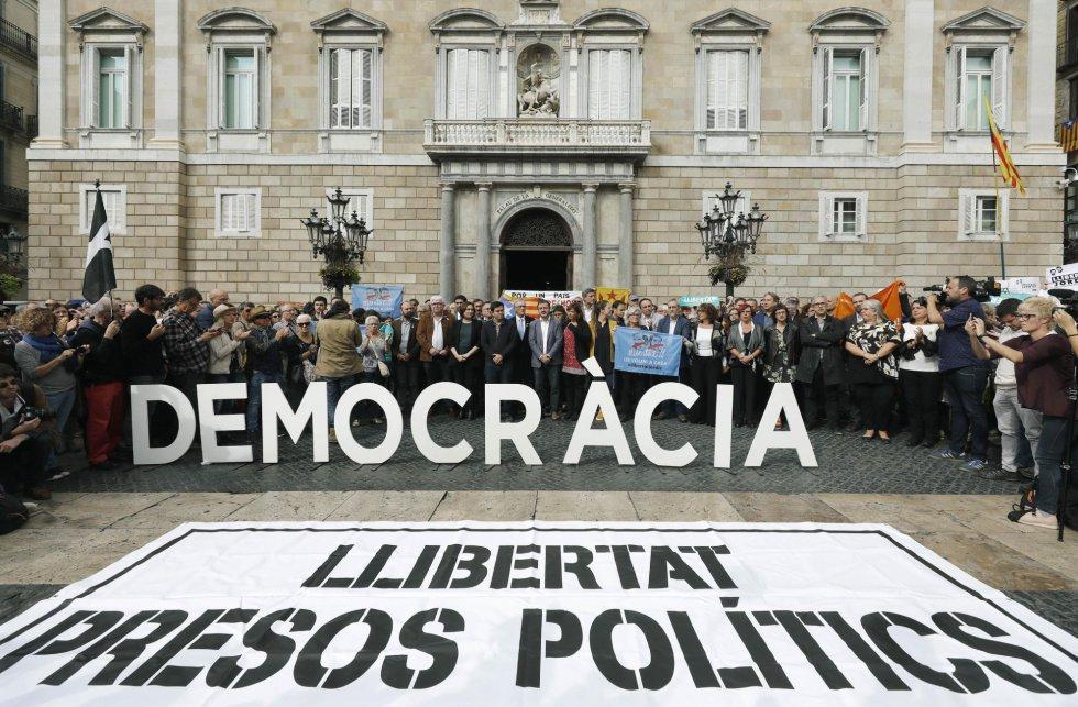 Още часове преди от Мадрид да дойде вестта за изпращане в затвора на каталунското правителство, кметицата на Барселона Ада Колау участва заедно с други ръководни дейци в демонстрация в защита на демокрацията и против задържането на политическите затворници, състояла се пред сградата на каталунския парламент. Снимка: El Pais