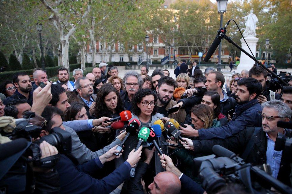 Марта Ровира говори просълзена пред медиите на площада пред Националното следствие в Мадрид, след като бе оповестено решението за изпращане на каталунското правителство в затвора. Снимка: El Pais