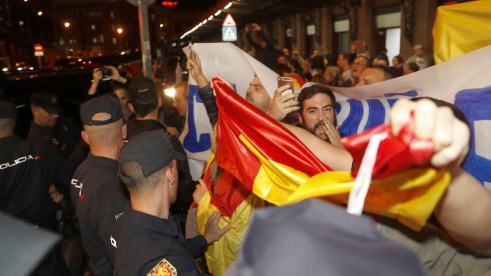 """Агитка от ултраси пресрещна снощи на гара """"Аточа"""" пристигащите за показания в Мадрид каталунски ръководители. Снимка: El Pais"""
