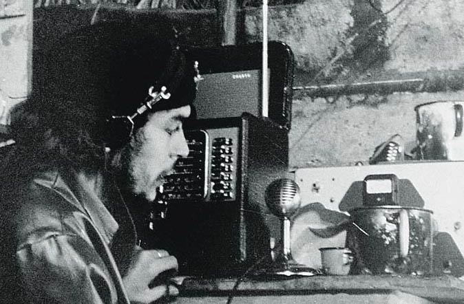 """Че Гевара води предаване по """"Радио Ребелде"""" от импровизираното студио в барака в планината Сиера Маестра по време на партизанската война в Куба."""
