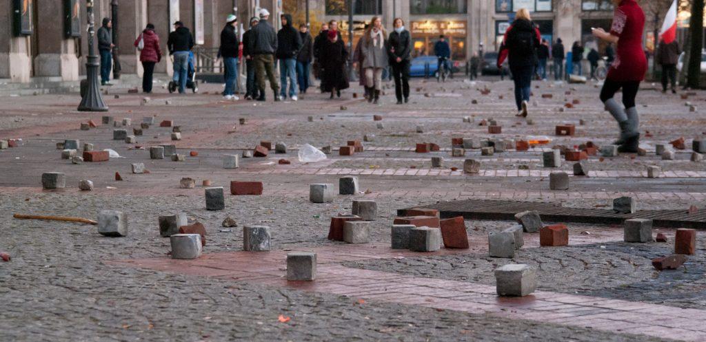 """Гледка към варшавския Площад на Конституцията след побоищата по време на """"Марша на независимостта"""" през 2011 г. Източник: Wikimedia Commons"""