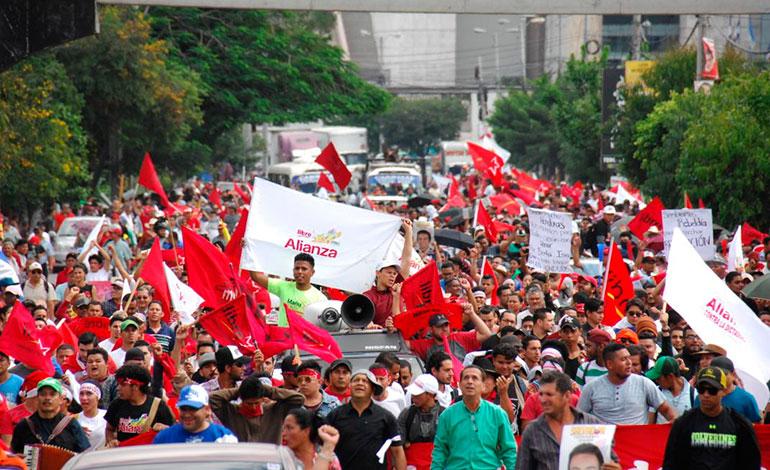 Протести заливат улиците на столицата на Хондурас–град Тегусигалпа, след като официалните резултати от президентските избори преобърнаха картината от първоначалните данни и отнеха предусeщаната победа на опозиционния кандидат. Снимка: Resumen Latinoamericano