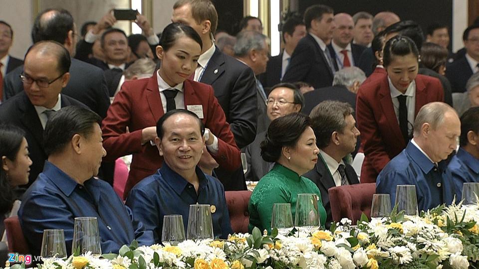 На вечерята в чест на ръководителите от АРЕС виетнамският президент Чан Дай Куанг (в анфас, в средата) сложи от едната си страна Си Цзинпин, а от другата, досами жена си–Владимир Путин