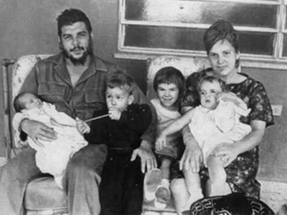 Малката Алейда (в средата, между майка си и баща си) на семейна снимка с родителите си и братята и сестра си през 1965 г., малко преди заминаването на Че от Хавана