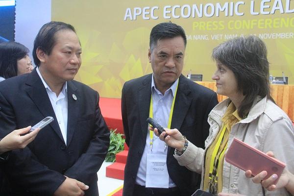 """Министърът на информацията на Виетнам Чуонг Мин Туан (вляво) даде кратко интервю на пратеничката на """"Барикада"""" в Да Нанг. Снимка: Vietnamnet"""