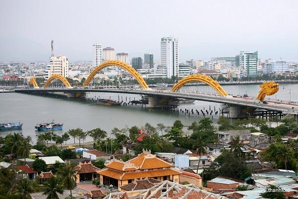 Мостът-дракон е една от забележителностите на Да Нанг