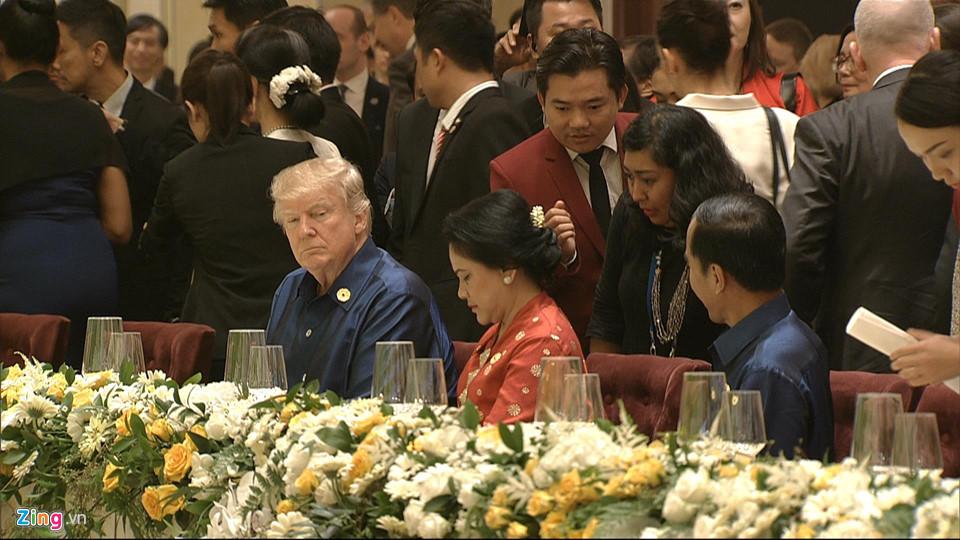 На официалната вечеря Доналд Тръмп бе оставен в компанията на индонезийския президент Джоко Видодо и съпругата му