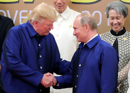 """Здрависването на Доналд Тръмп и Владимир Путин при подреждането им за """"семейната"""" снимка"""