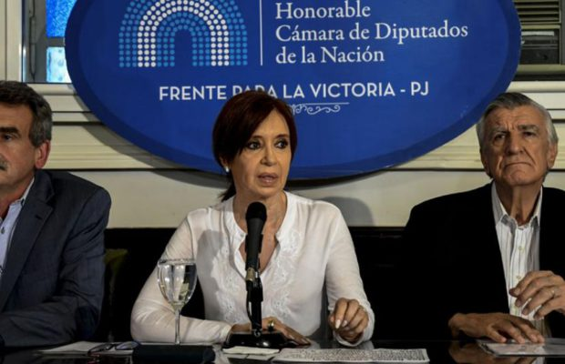Кристина Фернандес по време на пресконференцията, с която отговори на съдийското искане да ѝ се вземе имунинета и да бъде вкарана в затвора. Снимка: Resumen Latinoamericano