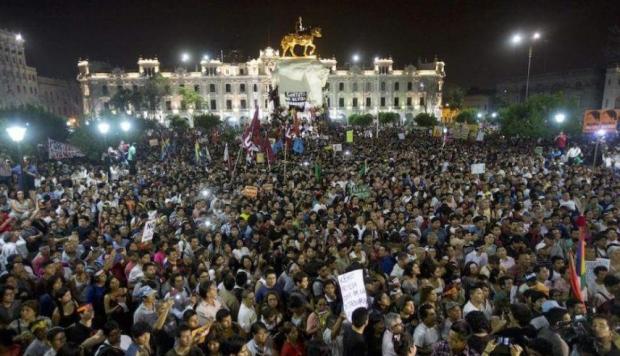 Протести в центъра на перуанската столица Лима–срещу президента Кубински и срещу Кейко Фухимори. Снимка: Resumen Latinoamericano