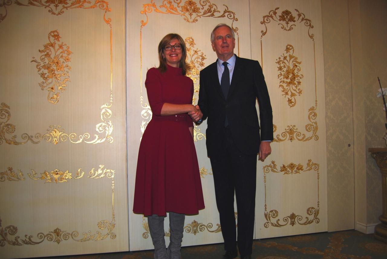 Екатерина Захариева се снима обещаваща до Мишел Барние при гостуването му в София. Снимка: МВнР