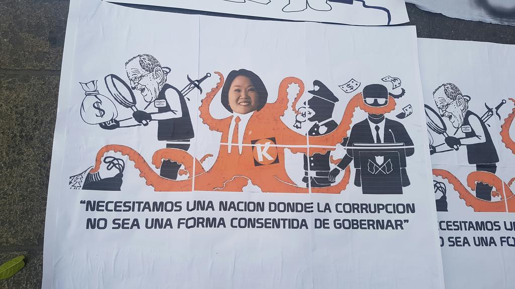 """""""Нуждаем се от нация, в която корупцията няма да е глезеният начин на управление,"""" пише на този плакат на протестиращите в Лима. На него са карикатурите на президента Кубински (вляво) и на Кейко Фухимори (като октопод). Снимка: Resumen Latinoammericano"""
