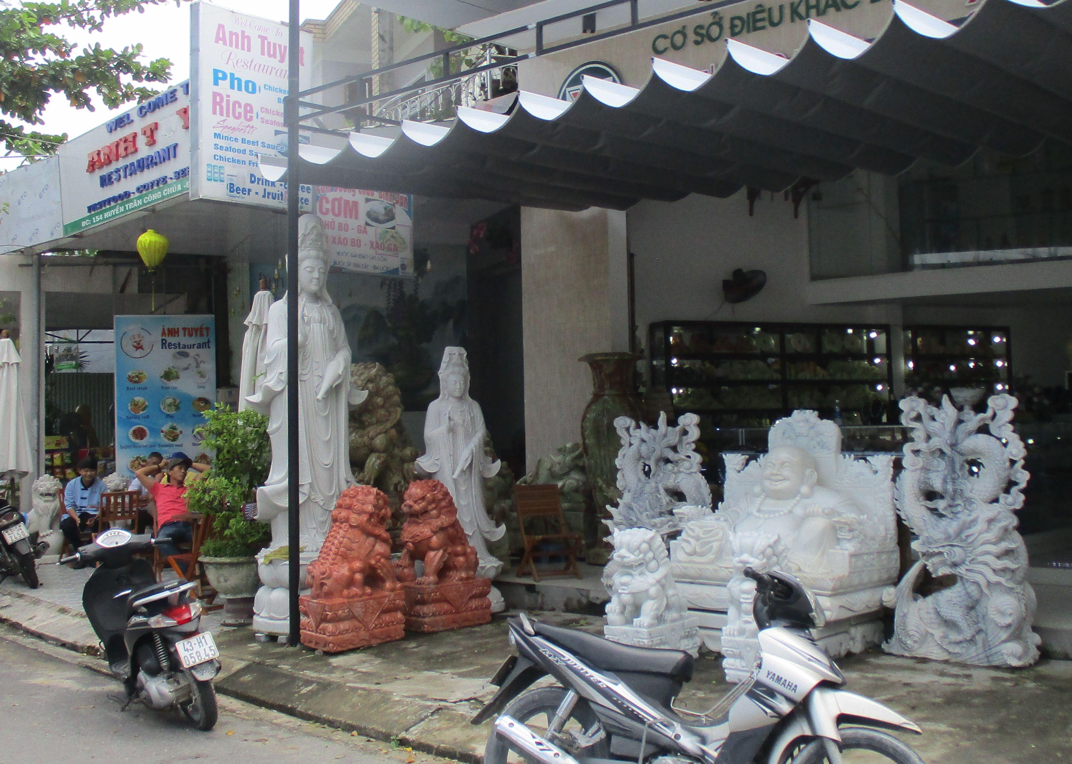 Две фигури на Жената Буда (вляво), произведени от майсторите в Мраморното село, очакват купувачи наред с други изделия в магазинче за туристи в Мраморното село. Снимка: Къдринка Къдринова