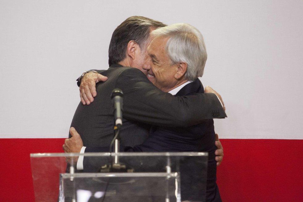 Прегръдката мажду десния Себастиан Пиниера (вдясно) и клонящия към социалистите Алехандро Гийер след оповестяването на резултатите, отсъдили победата на Пиниера, даде основание на всички, които не виждаха разлика между двамата. Снимка: EFE