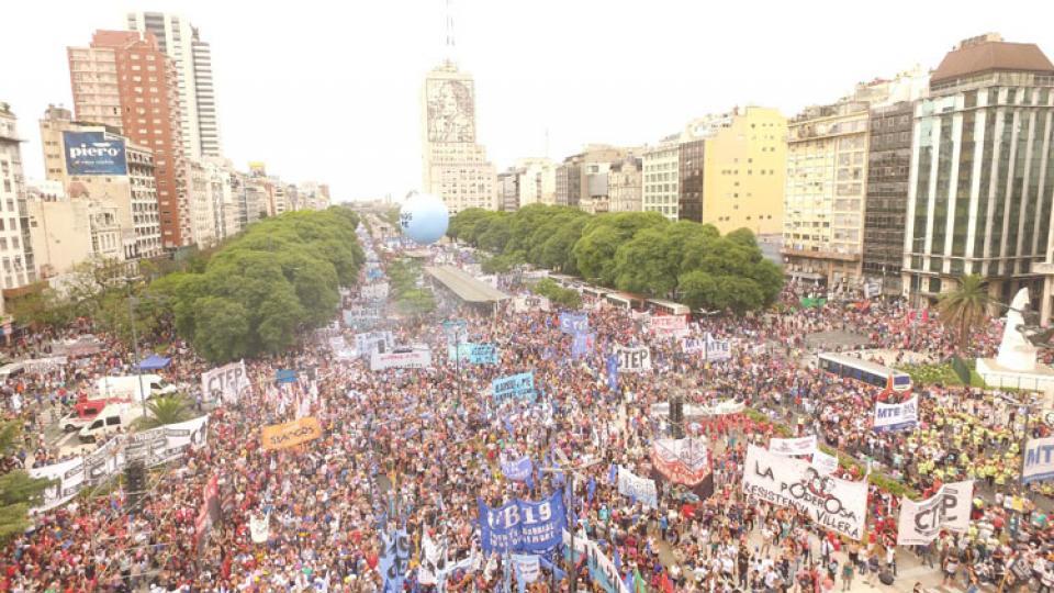 """Масов протест на булевард """"9 юли"""" в Буенос Айрес срещу антисоциалната политика на аржентинския президент Маурисио Макри. Снимка: Resumen Latinoamericano"""