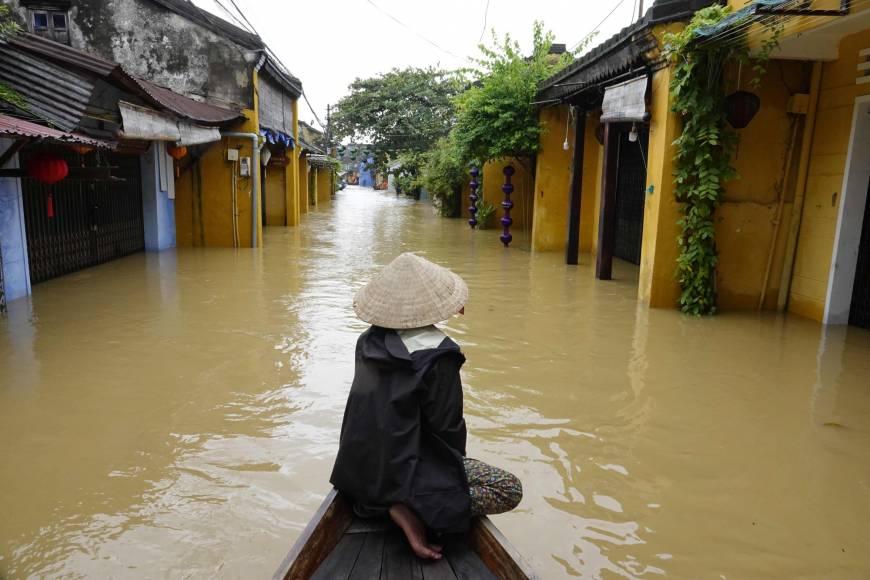 Тайфунът превърна Хой Ан във Венеция