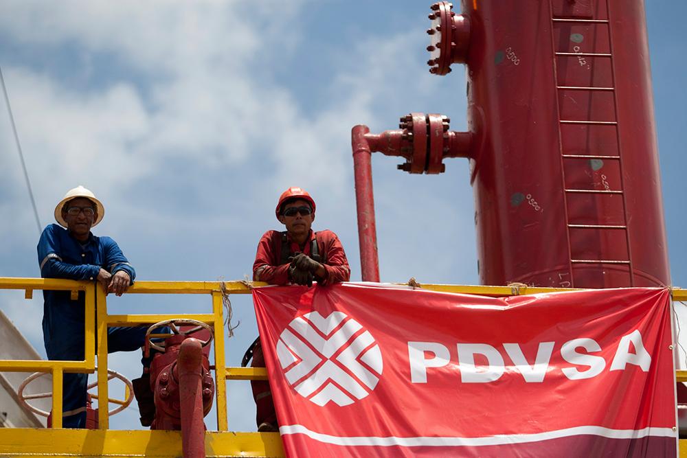Работници от PDVSA на една от инсталациите ѝ. Снимка: El Siglo