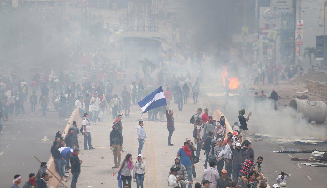 Улица в хондураската столица Тегусигалпа, на която е имало сблъсъци между демонстранти и полиция. Снимка: Televisa.news