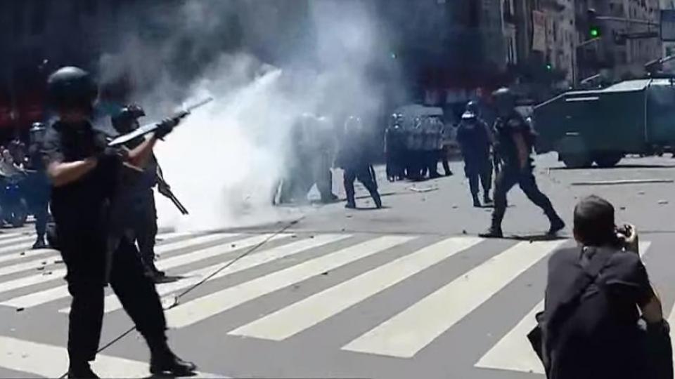 Аржентинската полиция стреля с гумени куршуми срещу демонстрантите. Снимка: Resumen Latinoamericano