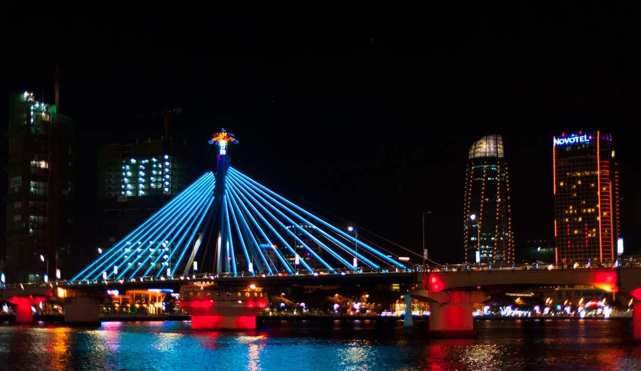 Нощем светлините по въртящия се мост го превръщат във вълшебна гледка