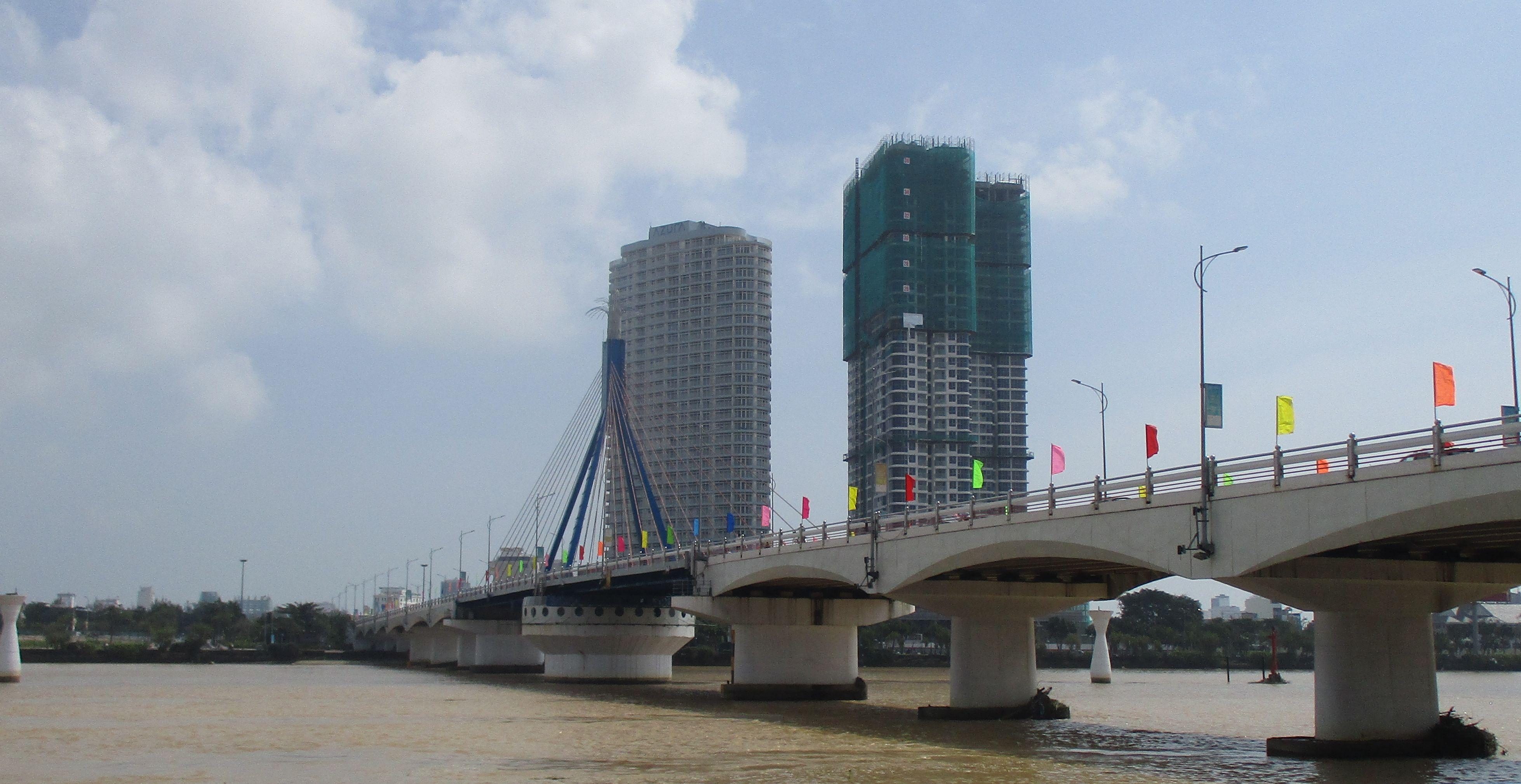 Мостът с въртящата се конструкция–тя е на централната носеща колона, която е кръгла. Денем обаче дизайнът на самия мост изглежда някак семпло. Снимка: Къдринка Къдринова